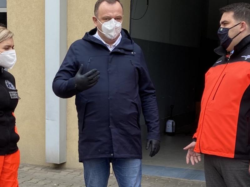Marszałek J. Chełstwowski i ratownicy medyczni