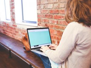 kobieta z laptopem