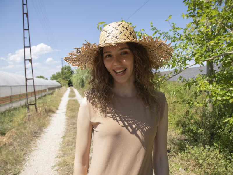 młoda kobieta na wsi